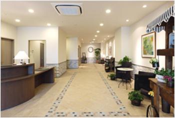 大きな安堵感に包まれて、上質な空間が広がるエントランスホール。スタッフが笑顔でゲストをお迎えします。