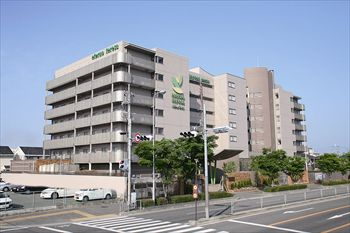 施設周辺は閑静な住宅街。その中に7階建ての建物なので一目でわかります。
