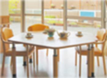 テラスに面した明るい食堂でお食事をお召し上がりください。